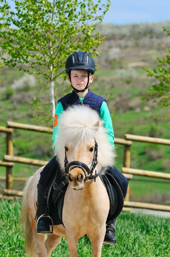 男孩和他的舍特兰群岛小马 免版税库存照片