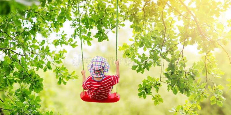 男孩和使用在公园在夏天 免版税库存图片