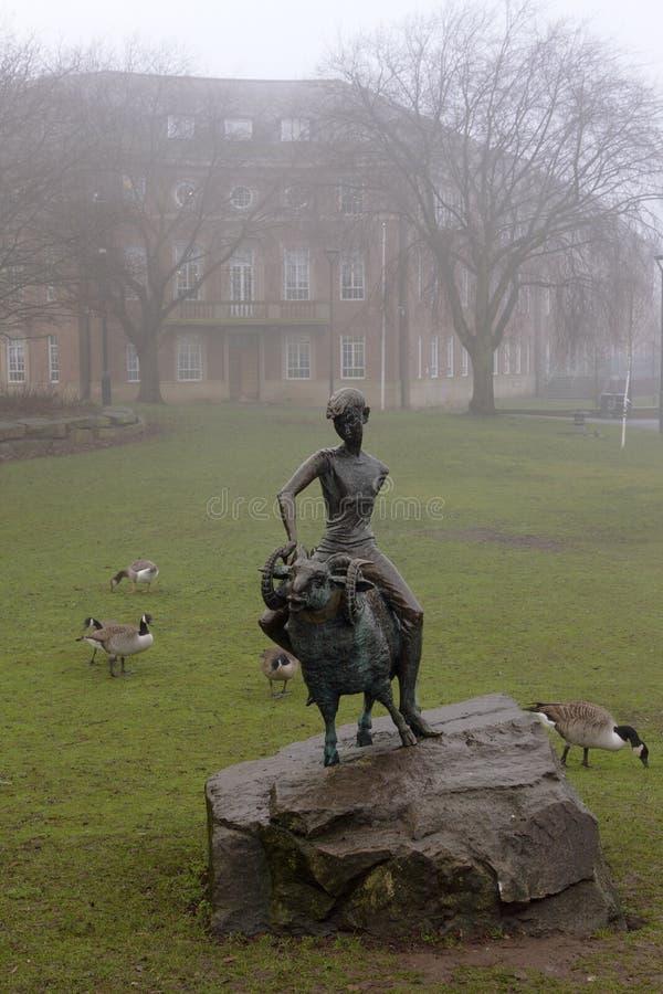 男孩和公羊,市的雕塑标志德比,英国 库存图片