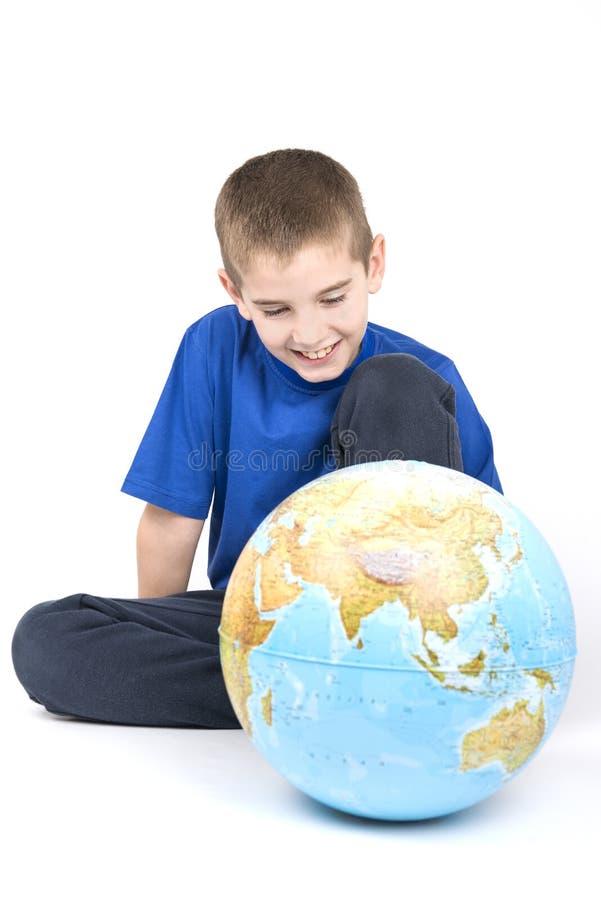 男孩和地球 免版税库存图片