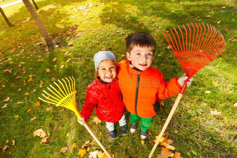 从男孩和女孩上面的看法有两把犁耙的 免版税库存照片