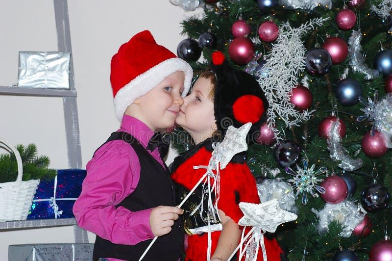 男孩和女孩亲吻圣诞节 库存图片
