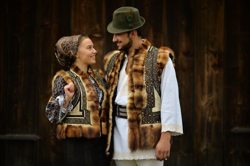 男孩和女孩从穿传统衣裳的Bucovina 免版税库存图片