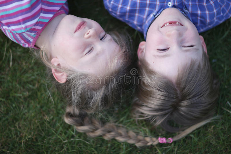 男孩和女孩休息 库存照片