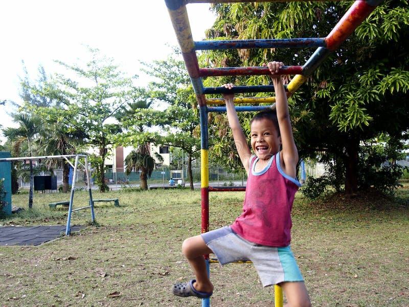 年轻男孩和女孩使用在一个操场的在安蒂波洛市,菲律宾 库存图片