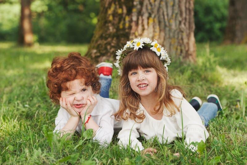 男孩和女孩在夏天公园 库存照片