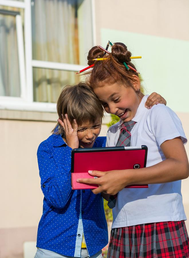男孩和女孩在片剂使用 免版税图库摄影