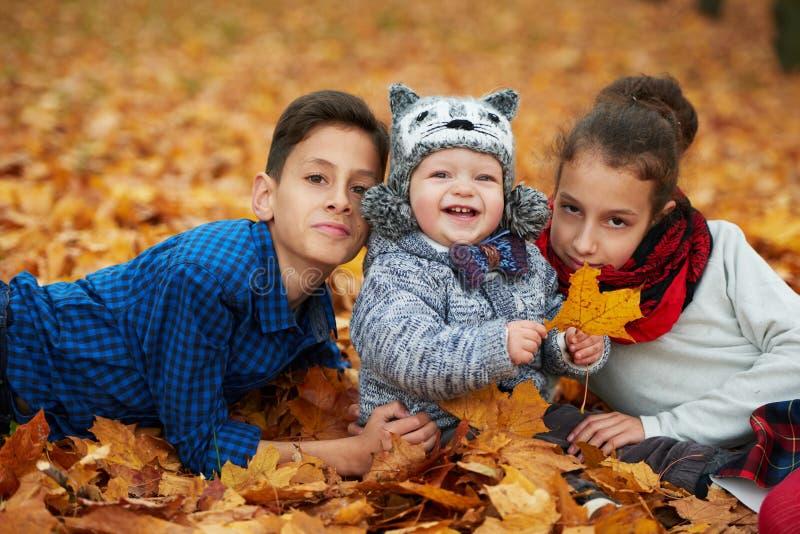 男孩和女孩在秋天公园 库存图片