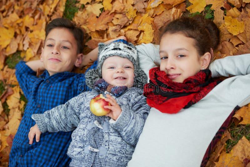 男孩和女孩在秋天公园 库存照片