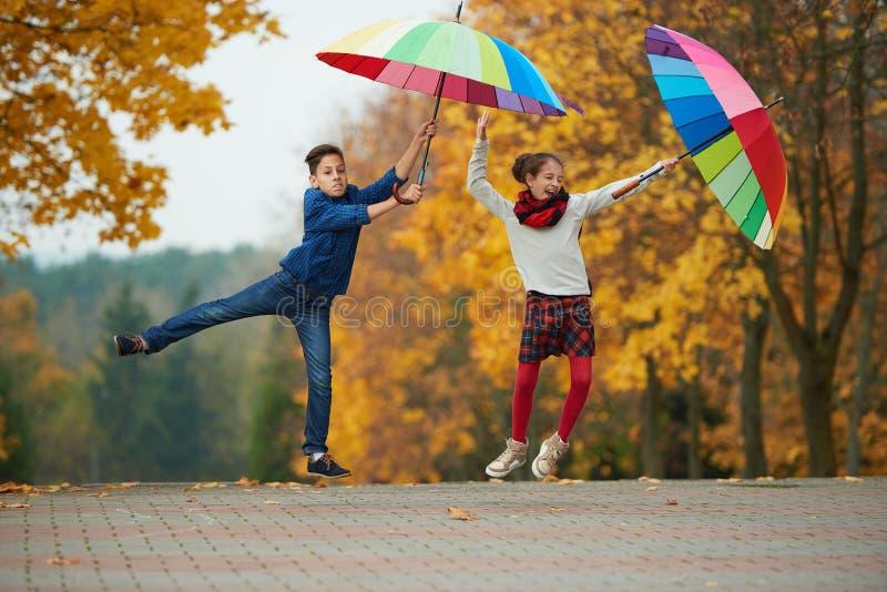 男孩和女孩在秋天公园 图库摄影