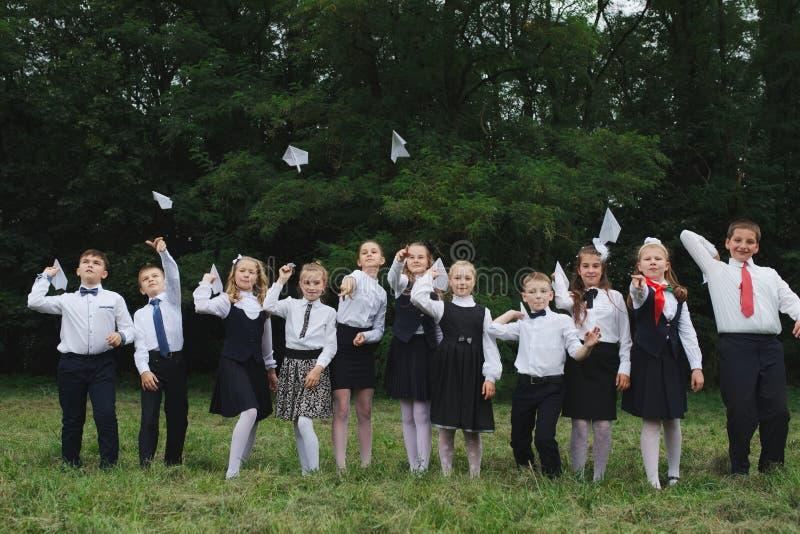 年轻男孩和女孩户外制服的 免版税库存照片