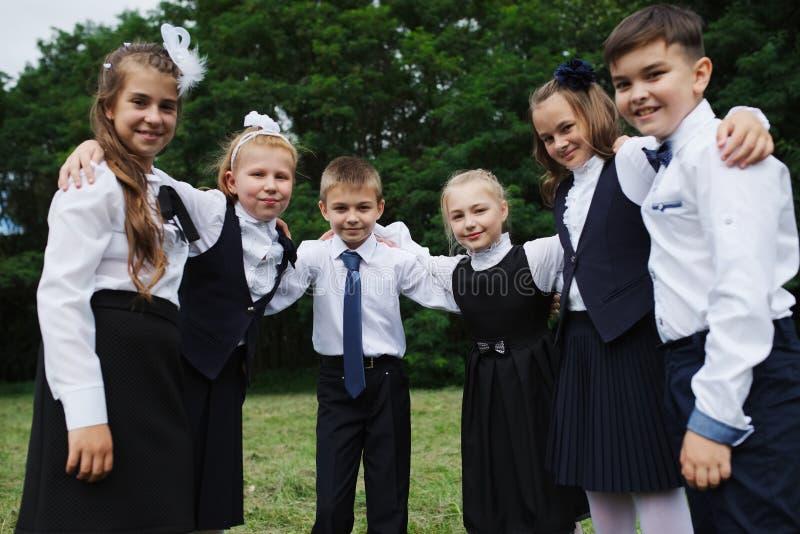 年轻男孩和女孩户外制服的 库存图片