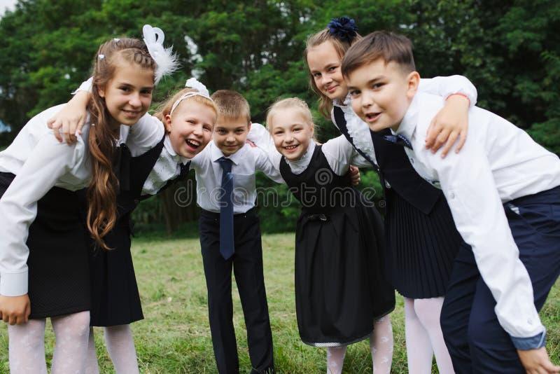 年轻男孩和女孩户外制服的 免版税库存图片