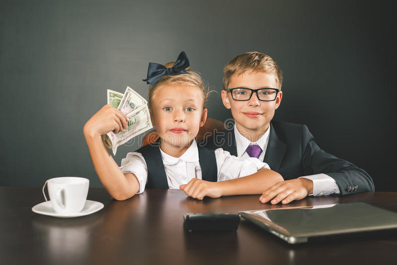 男孩和女孩挣很多钱 库存图片