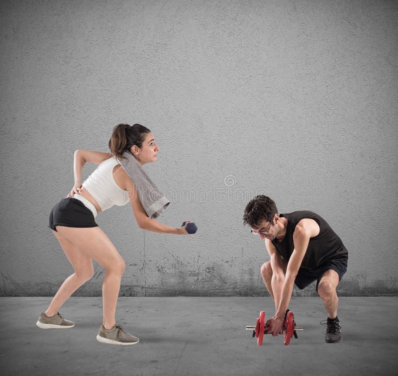 男孩和女孩有困难在健身房 免版税库存照片