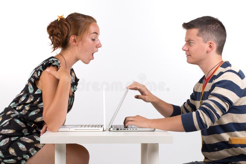 年轻男孩和女孩有计算机的 库存图片