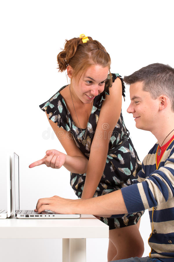 年轻男孩和女孩有计算机的 图库摄影