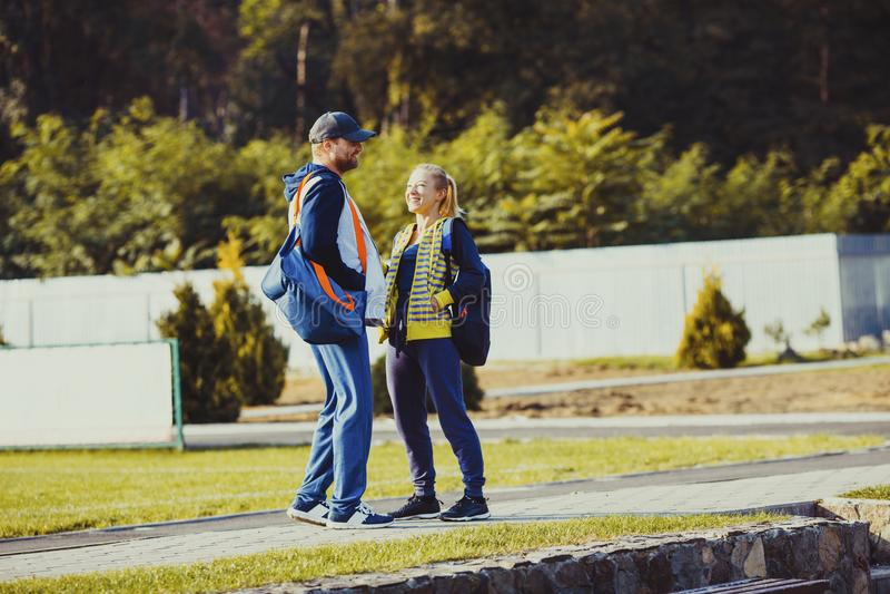 男孩和女孩谈话在锻炼前 免版税图库摄影