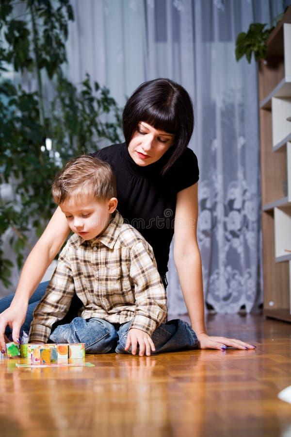 男孩和妈妈 免版税库存图片