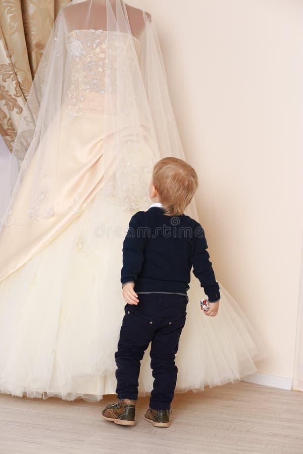 男孩和婚礼礼服 免版税库存照片