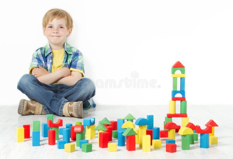 男孩和建筑块玩具 库存图片