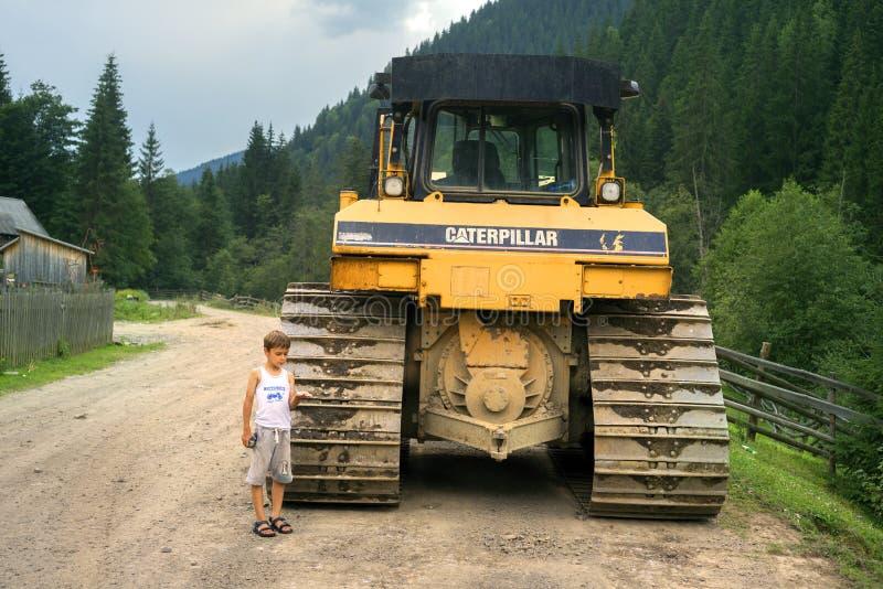 男孩和推土机 免版税图库摄影