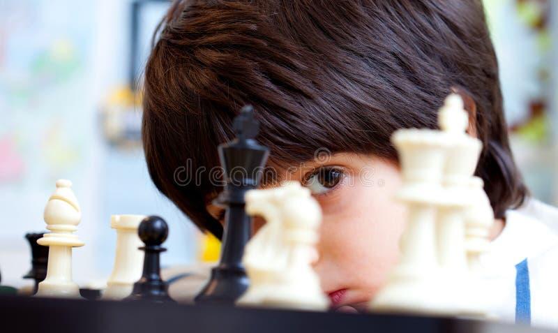 男孩和棋 库存照片
