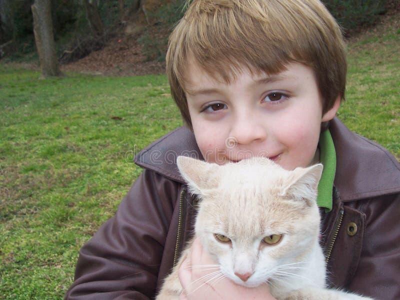 男孩和猫纵向  免版税库存图片
