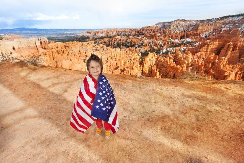 男孩和美国旗子,布莱斯峡谷国家公园 免版税库存图片