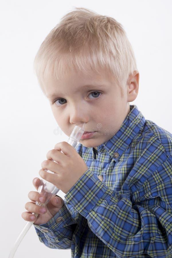 男孩和鼻吸气器 库存图片