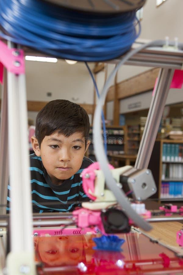 年轻男孩和3D打印机 免版税库存图片