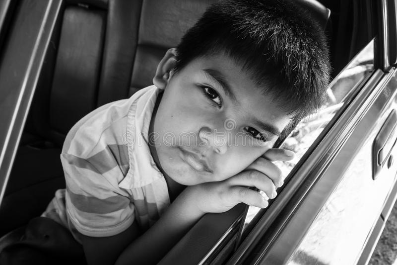 男孩哀伤单独在老汽车 库存照片