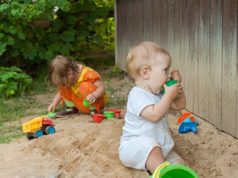 男孩品尝一个绿色球 库存照片