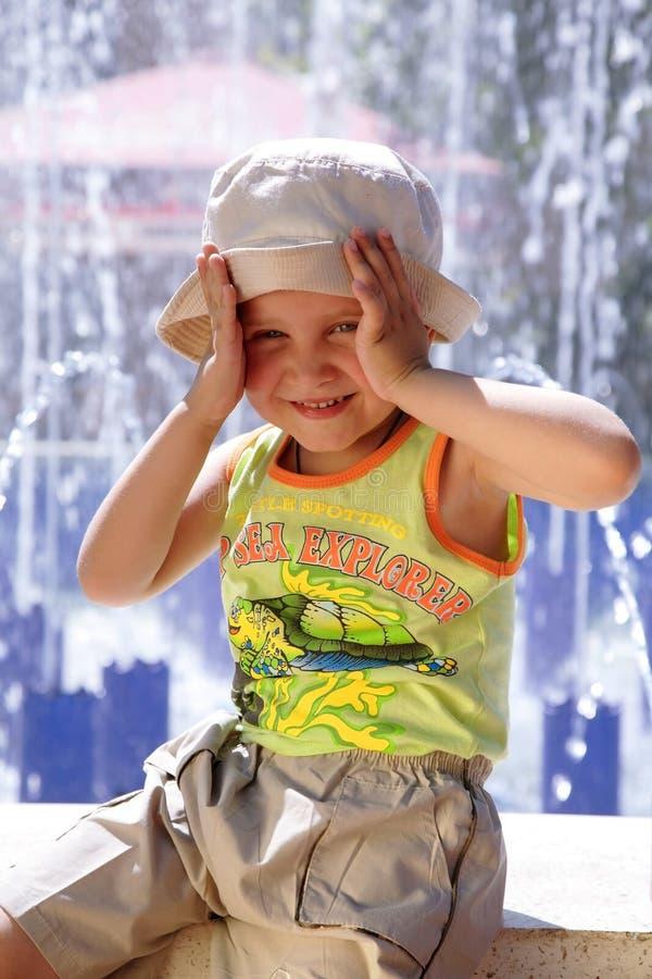 男孩喷泉夏天 库存图片