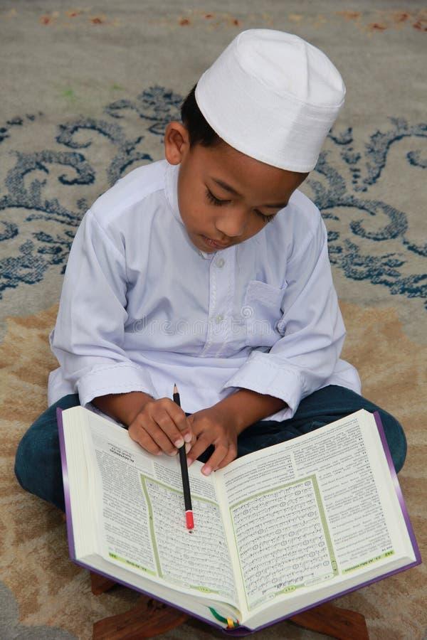 男孩回教古兰经读取 图库摄影