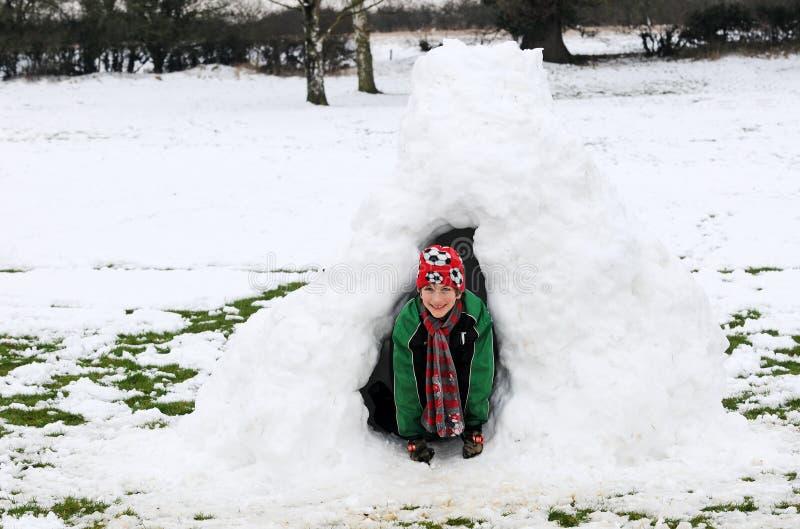 男孩园屋顶的小屋雪 免版税库存照片