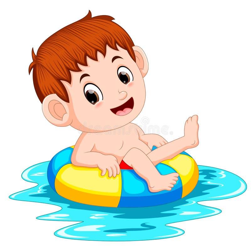 男孩在与圆环球的水池游泳 皇族释放例证