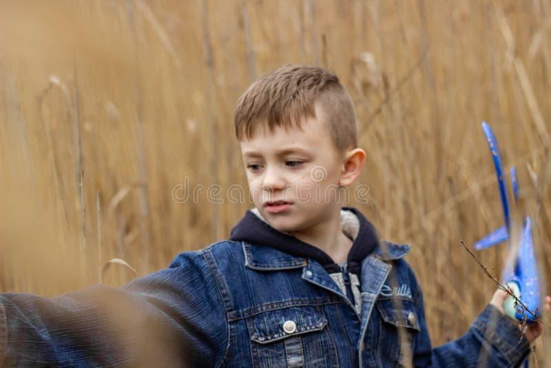 男孩在公园走 免版税库存照片