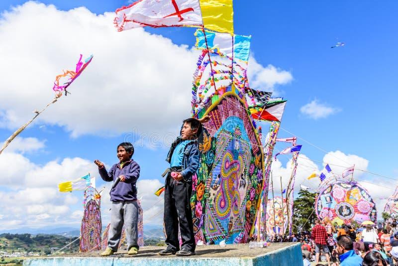 男孩在公墓,巨型风筝节日,圣地亚哥Sacate飞行风筝 图库摄影