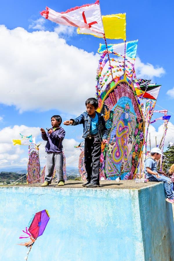 男孩在公墓,巨型风筝节日,圣地亚哥Sacate飞行风筝 免版税库存图片