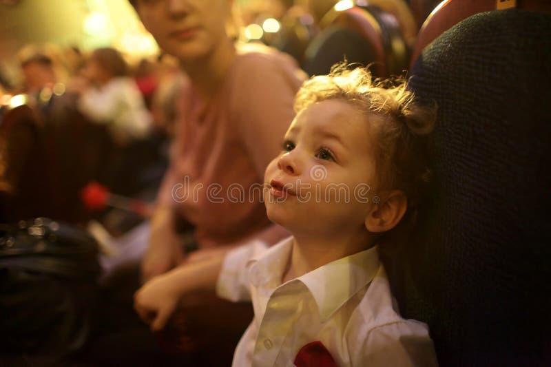 男孩在剧院 免版税图库摄影