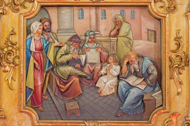 男孩在寺庙的耶稣教学-被雕刻的安心 免版税库存图片