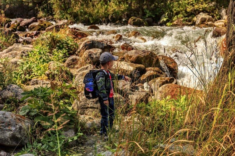 男孩在山旅行 免版税图库摄影