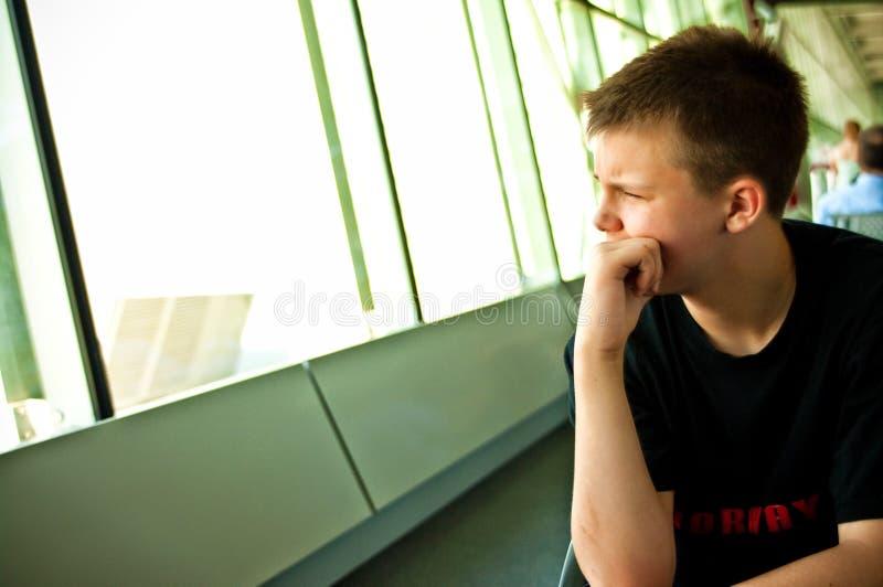 男孩在机场休息室 免版税库存图片