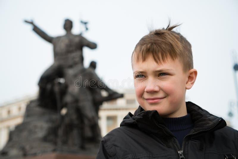 男孩在符拉迪沃斯托克的中心在春天 库存图片
