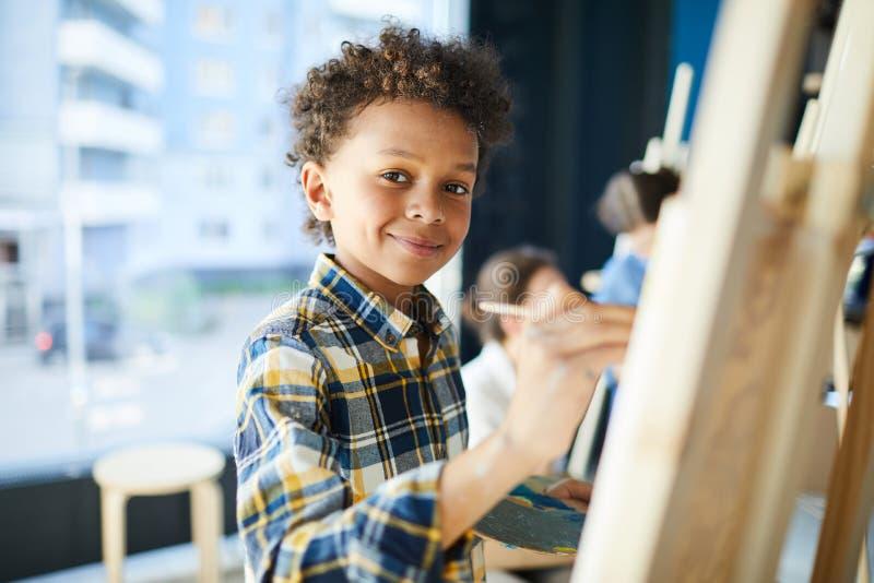 男孩在艺术演播室  免版税库存图片