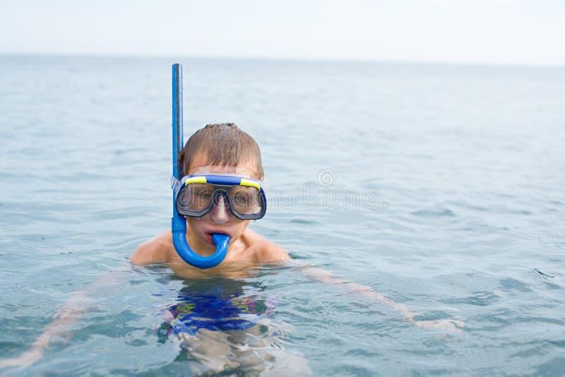 男孩在戴着潜水的海一个面具 图库摄影