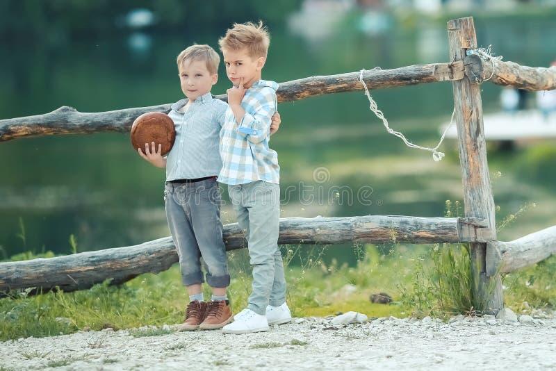 男孩在 willage的木篱芭附近站立 图库摄影