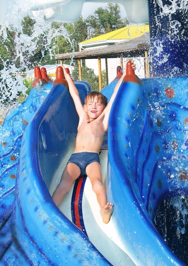 男孩在waterpark休息。 库存照片