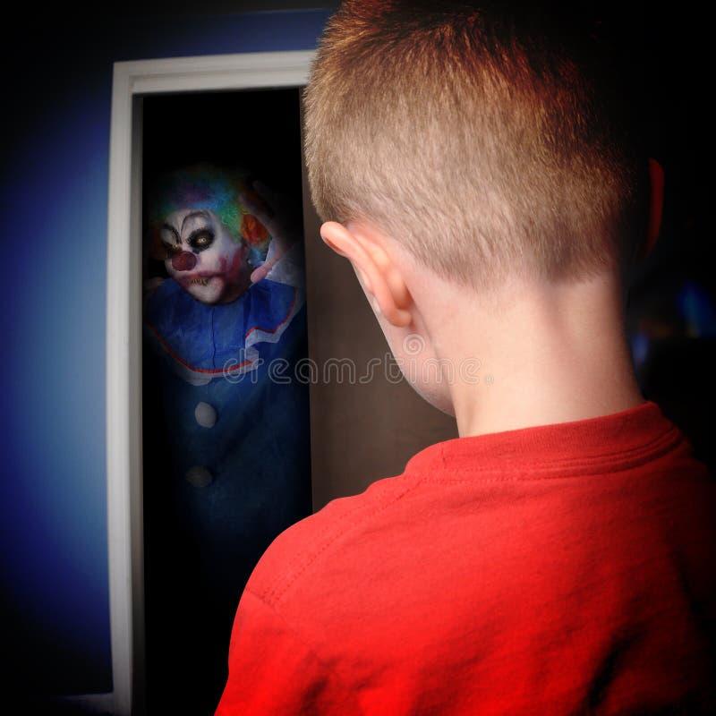 男孩壁橱的可怕妖怪小丑 免版税库存图片